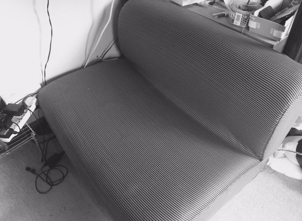 壊れかけのソファー