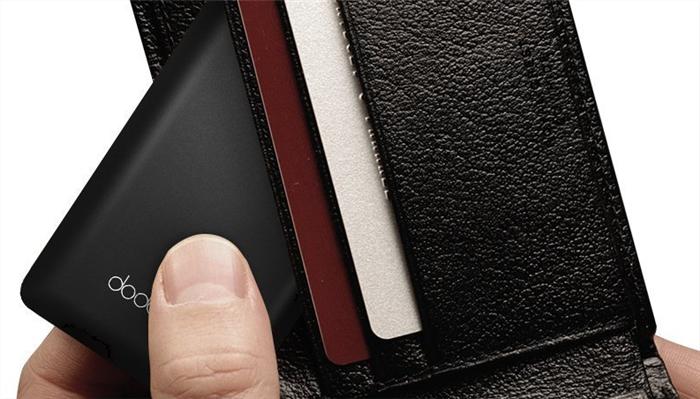 財布や内ポケットに収まる接続ケーブルいらずの極薄モバイルバッテリー