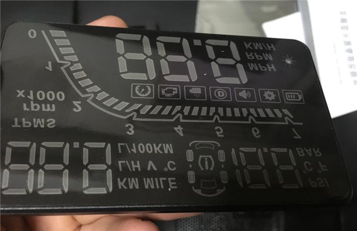 タイヤ圧までわかる実用的な夜間用ヘッドアップディスプレイ