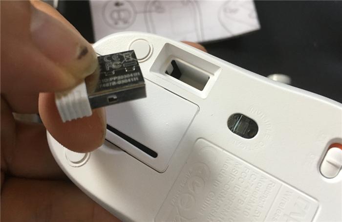 ワイヤレスマウス USB ドングル 背面に収納