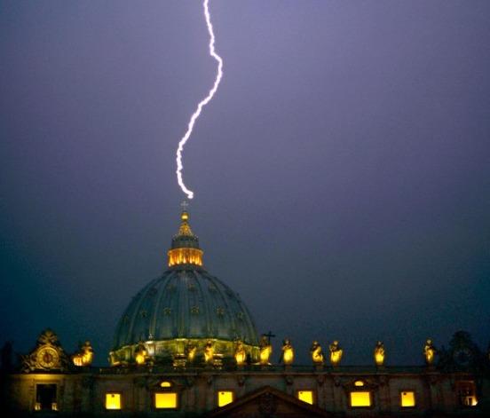 ローマ教皇 退位 雷